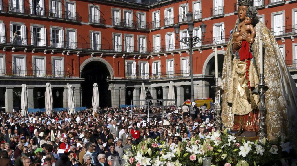 La virgen de la Almudena en su día grande en la Plaza Mayor.