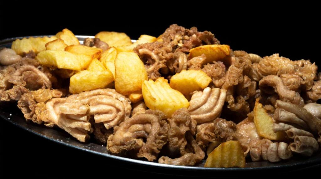 Ración de Gallinejas y Entresijos, el popular aperitivo de casería de San Isidro.