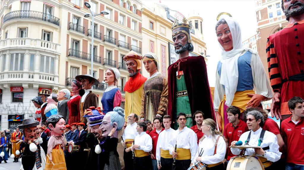 Tradicional pasacalles de Gigantes y Cabezudos que suele celebrarse por San Isidro.