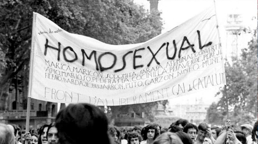 Imágenes de la primera manifestación por los derechos LGTB en 1977 en Barcelona.