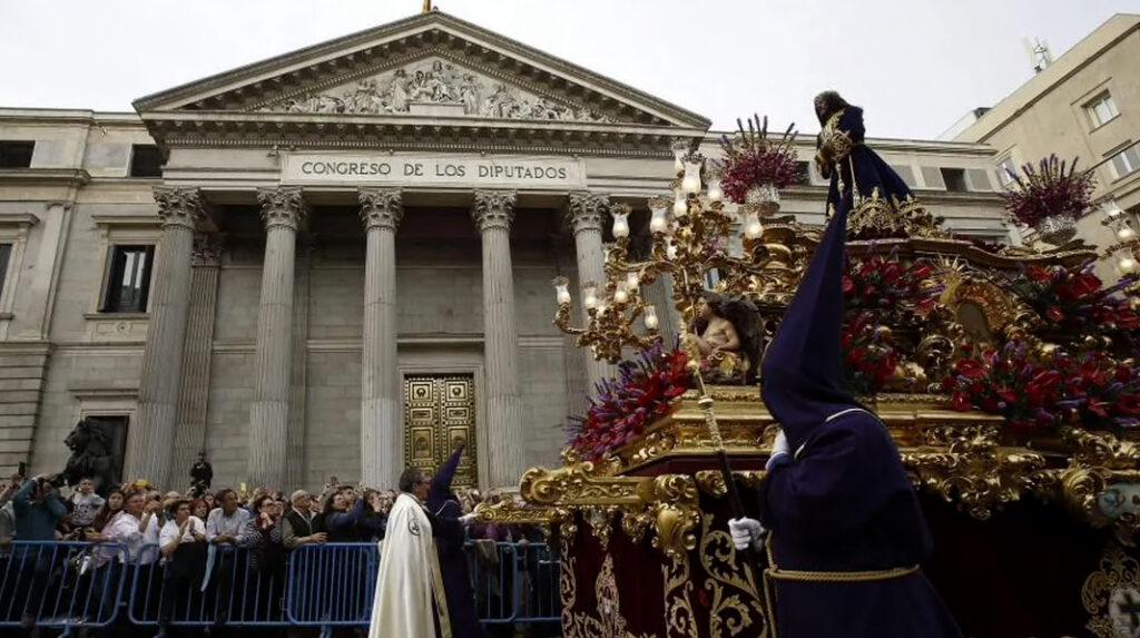 La imagen de Jesús de Medinaceli durante su procesión de Semana Santa al paso por el Congreso de los Diputados.