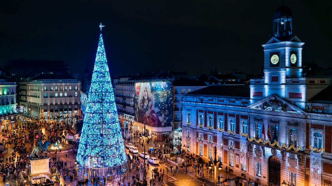 Aspecto de la Puerta del Sol iluminada durante la Navidad.