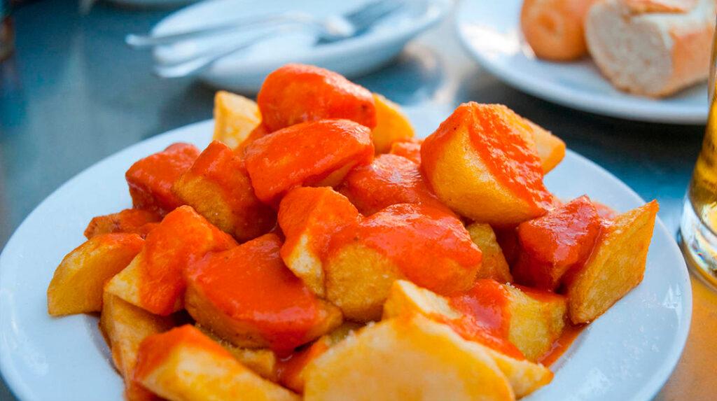 Patatas bravas, clásico aperitivo de Madrid compuesto por dados de patatas y salsa brava.
