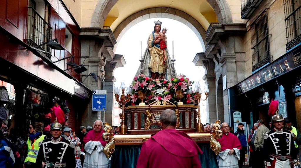 Procesión de la Virgen de la Almudena atravesando uno de los arcos de la Plaza Mayor.