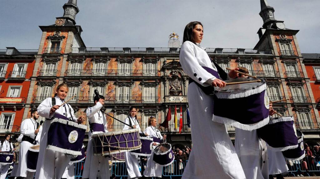 Participantes en la especial tamborrada de Madrid del Domingo de resurrección a su llegada a la Plaza Mayor.