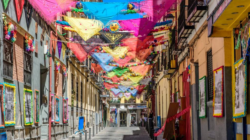 Calle de Lavapiés engalanada para el comienzo de la Verbena de San Cayetano.