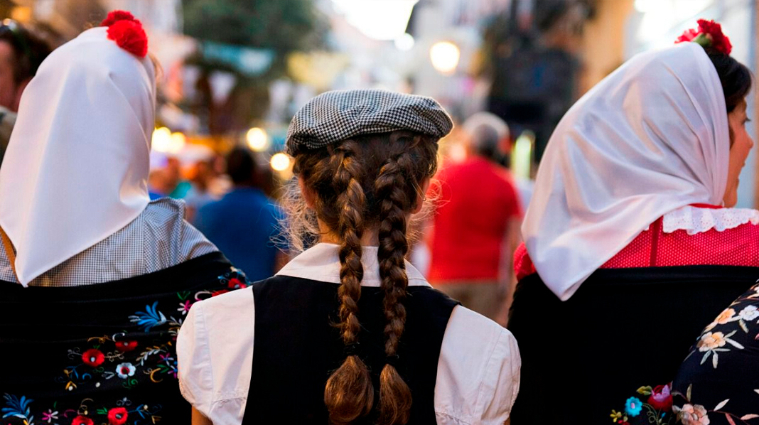Mujeres ataviadas con los trajes tradicionales de Madrid en sus Verbemas.