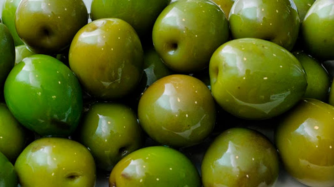 Aceitunas de Campo Real, de intenso color verde-pardo, forma redondeada, piel fina y pulpa abundante.