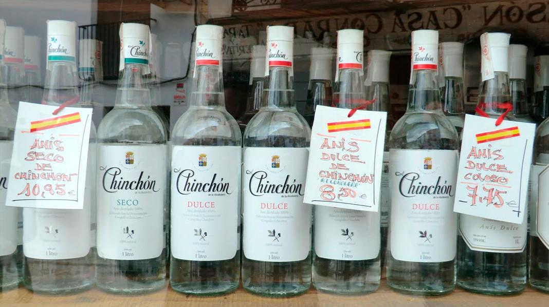 Botellas de anís de Chinchón en uno de los escaparates del pueblo.