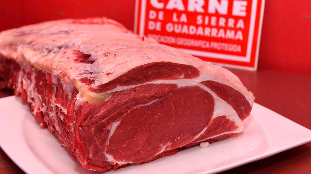 Carne de Guadarrama, con el sello que las distingue al fondo.