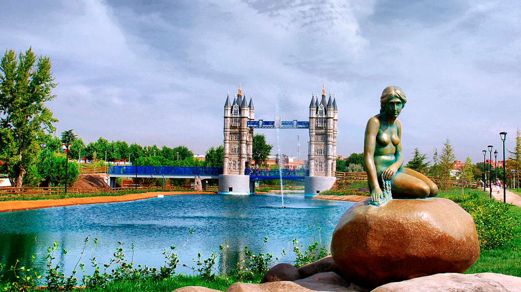 Recreaciones de la sirenita de Copenhague y el Tower Bridge de Londres en el Parque Europa.