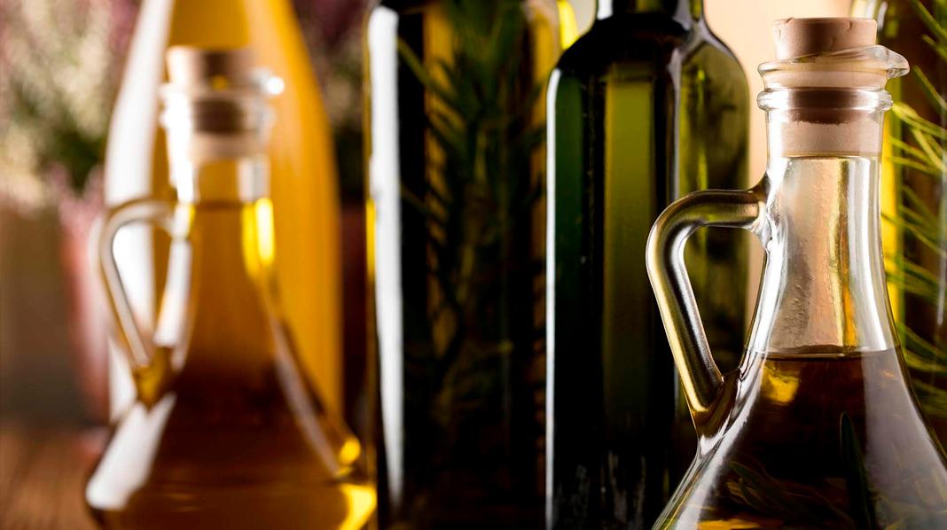 Diferentes formatos de botellas y aceiteras de Aceite de Oliva.