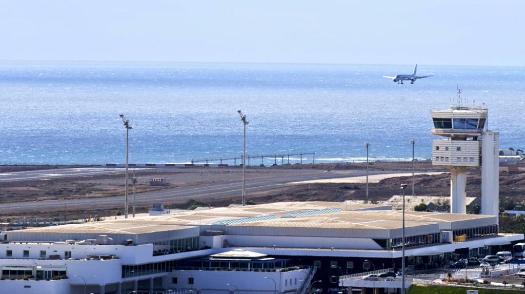Avión aterrizando en el Aeropuerto Cesar Manrique - Lanzarote.