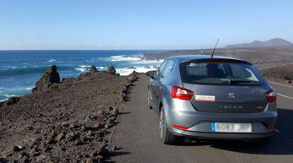 Típico coche de alquiler para recorrer la isla de Lanzarote.