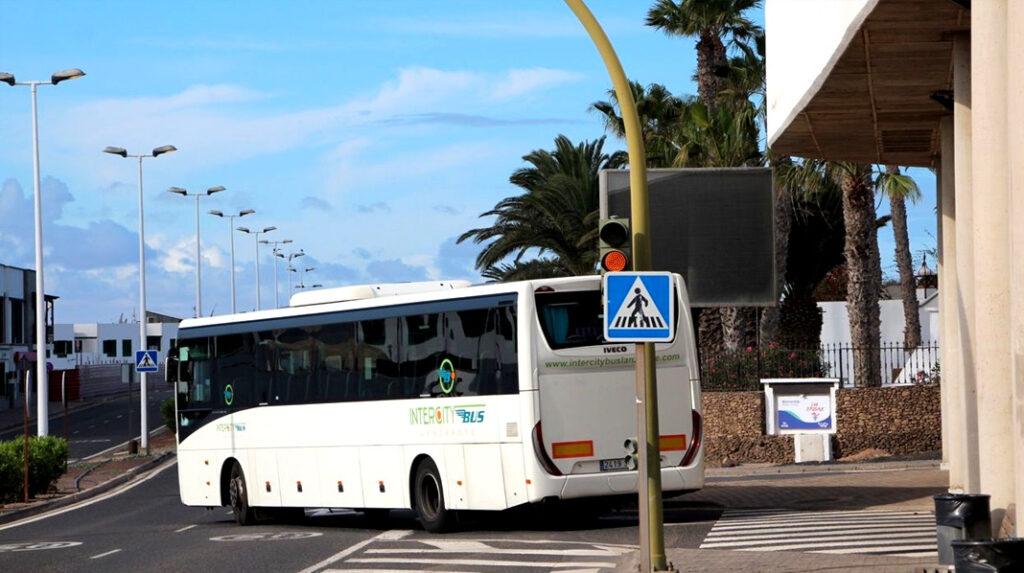 Guagua saliendo de una estación en Lanzarote.