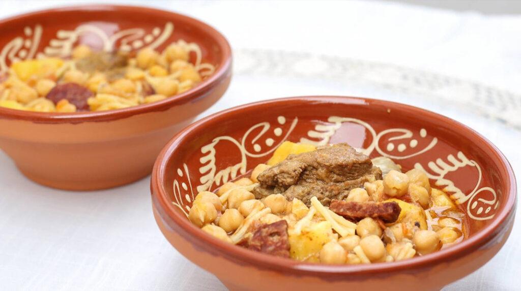 Rancho Canario, tradicional guiso de garbanzos, fideos, chorizo y carne.