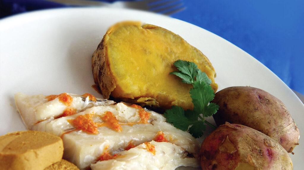 Sancocho canario, un plato tradicional de la isla a base de pescado, patata y batata, acompañado de una pella de gofio.