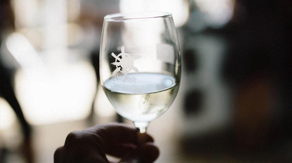 Copa de vino blanco de la variedad malvasía volcánica, característica de Lanzarote.