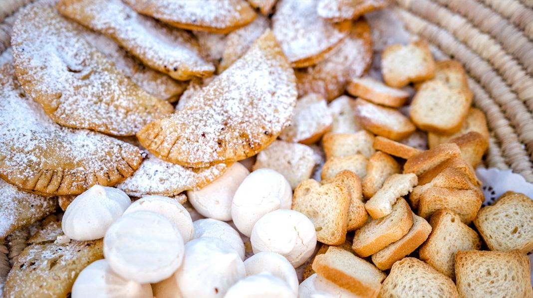 Dulces típicos de Canarias como las Truchas de Batata o los Suspiros de Moya.