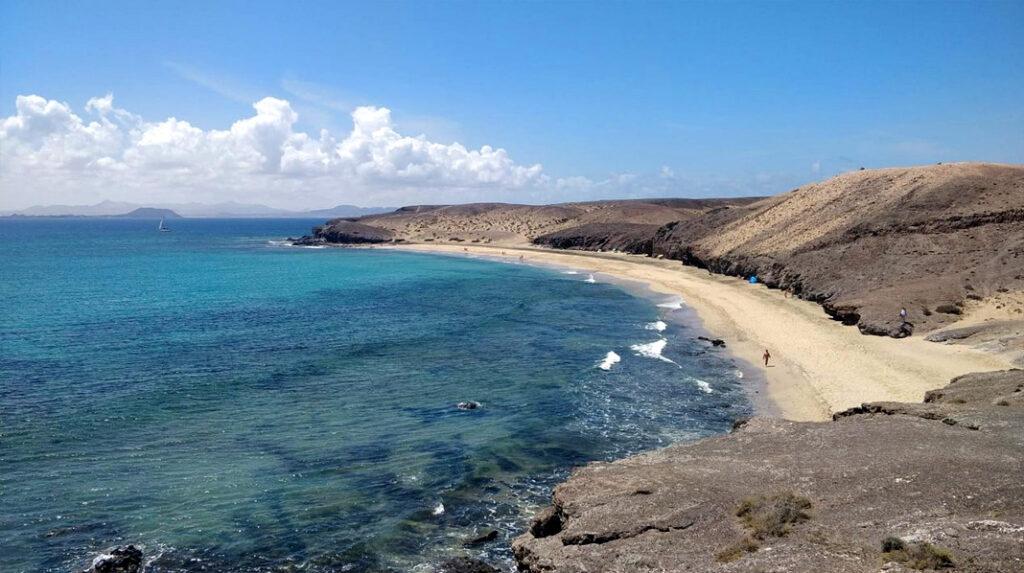 Caleta del Congrio, playa nudista por excelencia en Punta del Papagayo, Lanzarote.