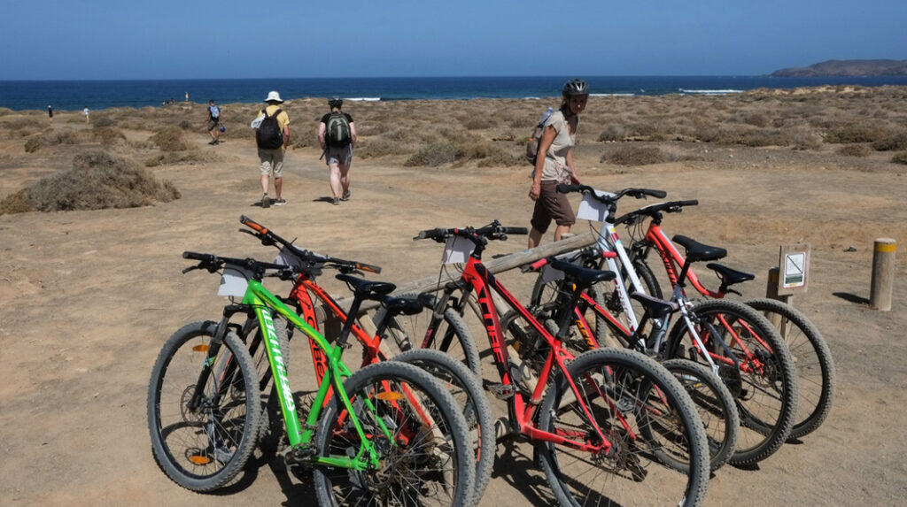 Aparcamiento de bicicletas en una de las playas de La Graciosa.