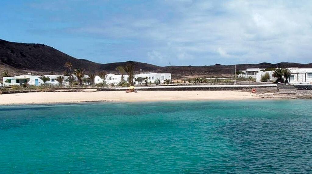 Caleta de Pedro Barba, una tranquila playa en La Graciosa.