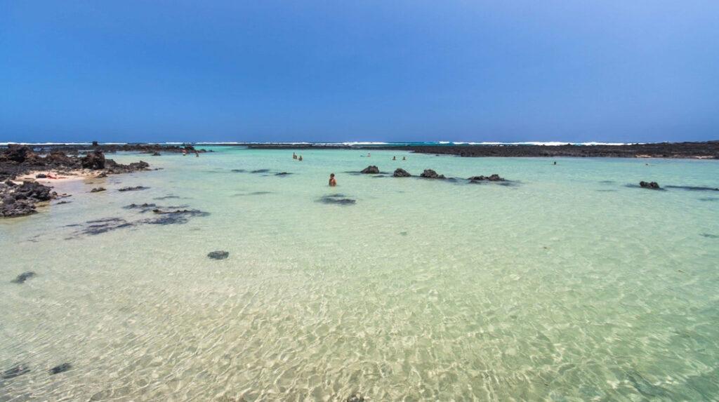 Los contrastes del blanco y el negro en la Playa de Caletón Blanco, al norte de Lanzarote.