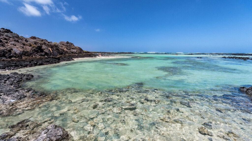 Vista general de la playa de Caletón Blanco, junto a la localidad de Orzola, al norte de Lanzarote.
