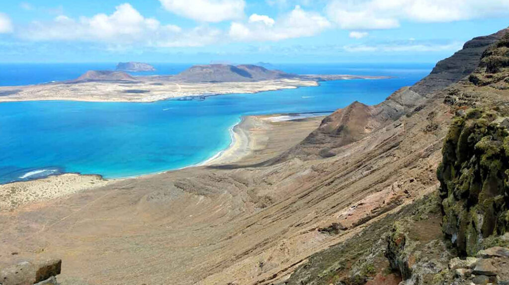 Vistas panorámicas de la Playa Bajo el Risco y la Isla de La Graciosa desde la Ruta de los Gracioseros.