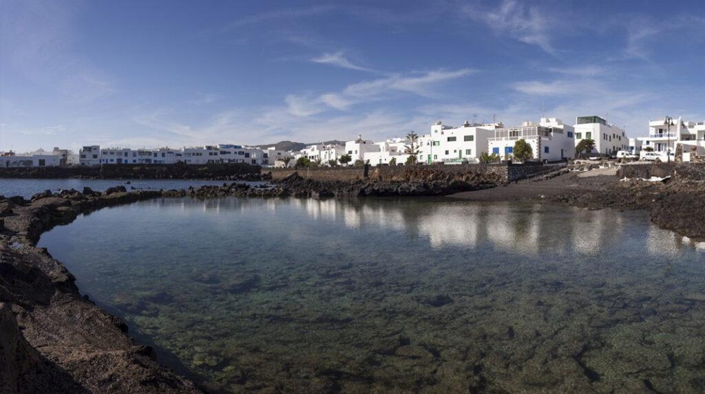 Piscinas Naturales de poca profundidad en la localidad de Punta Mujeres, Lanzarote.