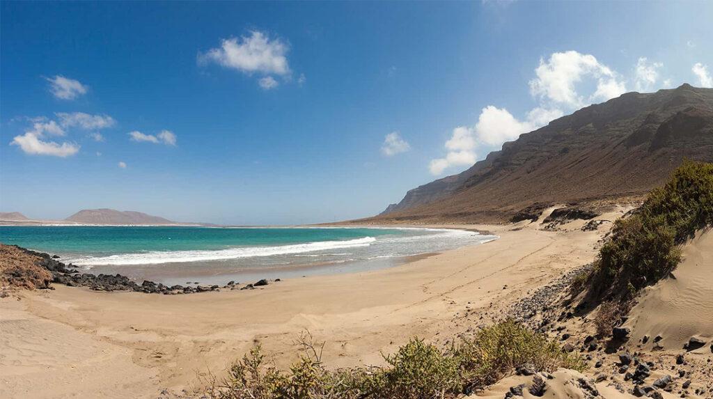 Vistas de la Playa Bajo el Risco, al Norte de Lanzarote, con la isla de La Graciosa al fondo.