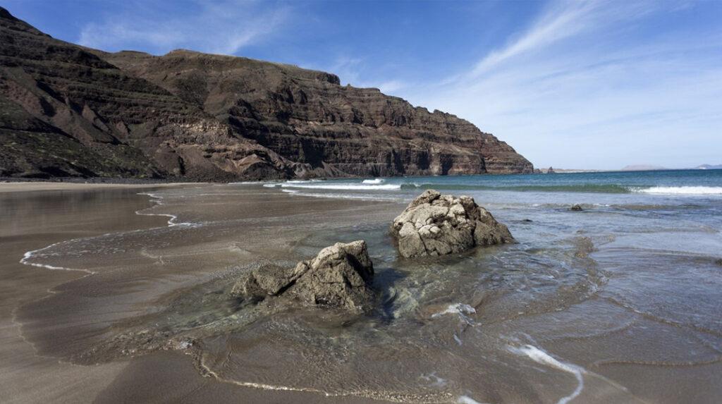 Playa de la Cantería, junto a la localidad de Orzola, ideal para los amantes del surf.