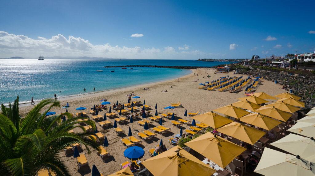 Playa Dorada, una playa semiurbana en Playa Blanca (Yaiza), Lanzarote.