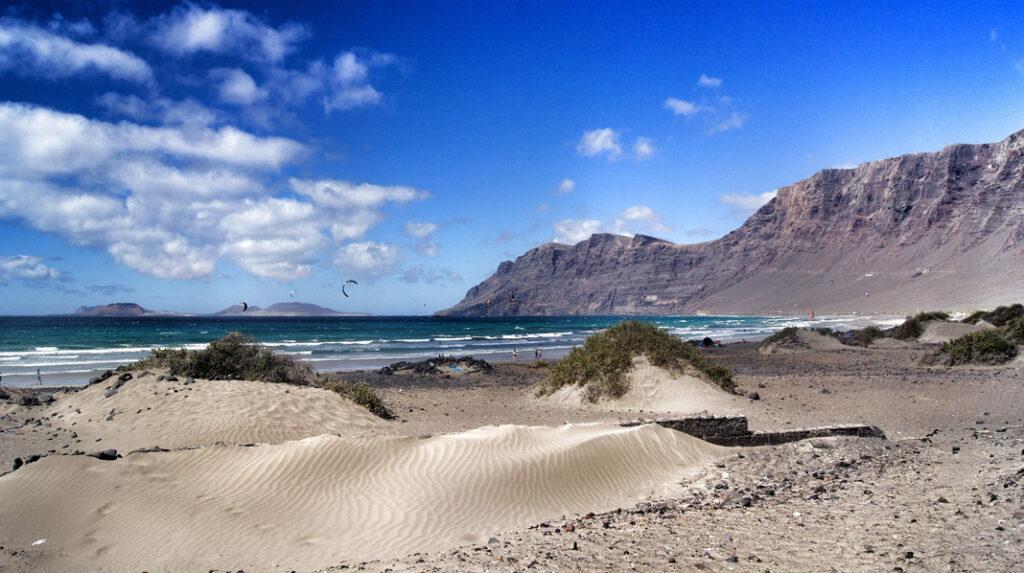 Playa de Famara, con los riscos del mismo nombre al fondo.