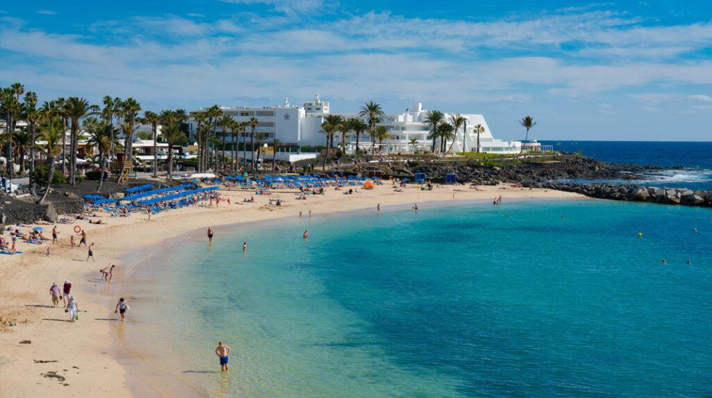 Playa Flamingo, una bonita playa artificial en Playa Blanca (Yaiza), Lanzarote.