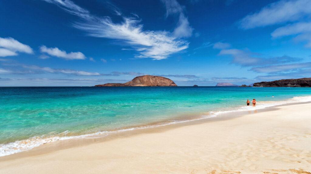La famosa Playa de las Conchas, en La Graciosa, con la isla de Montaña Clara al fondo.