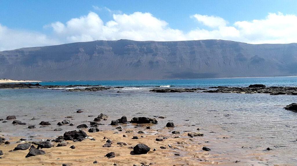 Playa de El Salado, la más cercana a Caleta del Sebo, aunque algo rocosa.