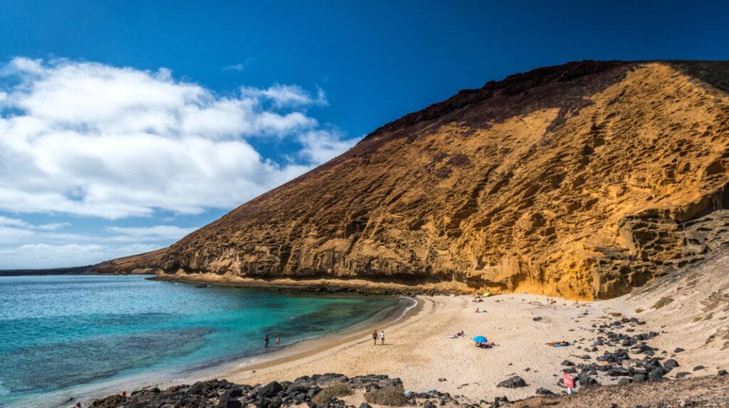 Playa de la Cocina, una coqueta cala a los pies de la Montaña Amarilla, en La Graciosa.