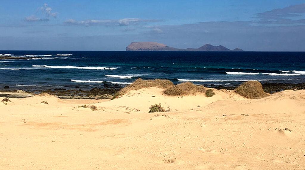 Playa del Ámbar, una de las más salvajes de La Graciosa.