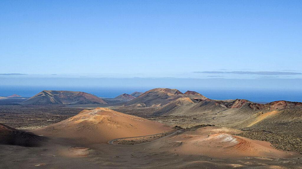 Vistas del Parque Nacional de Timanfaya desde el Islote de Hilario con la carretera de la Ruta de los Volcanes.