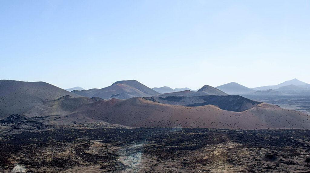 Panorámica con diferentes cráteres y montañas de lava en el Parque Nacional de Timanfaya. (Jesús García)