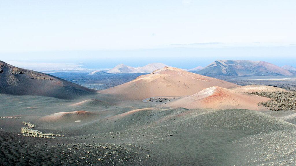 Impresionantes colores de las Montañas de Fuego en el Parque Nacional de Timanfaya.