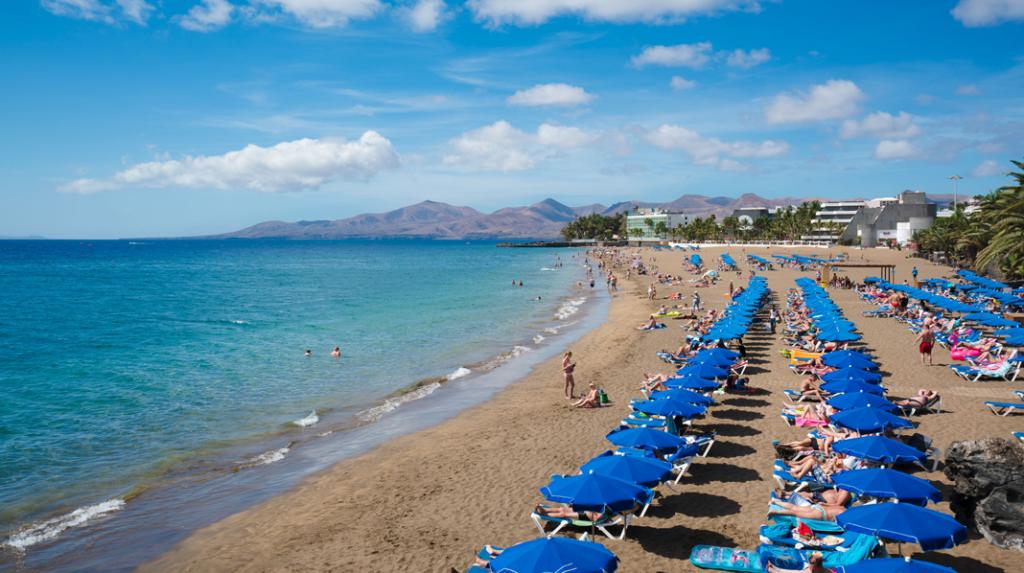 Playa Grande, la más popular de las playas de Puerto del Carmen.