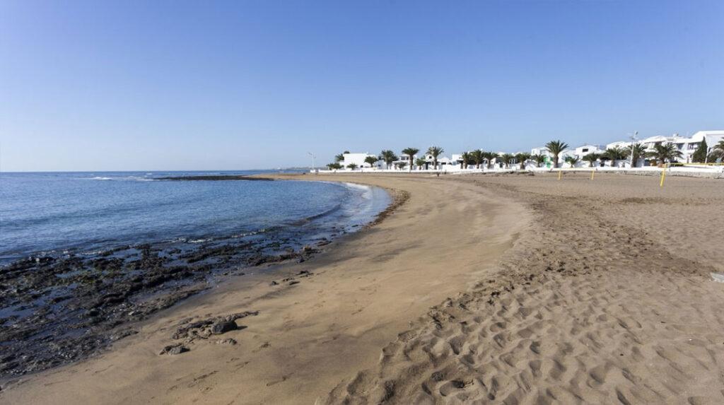 Playa Honda, muy cercana al aeropuerto de Lanzarote.