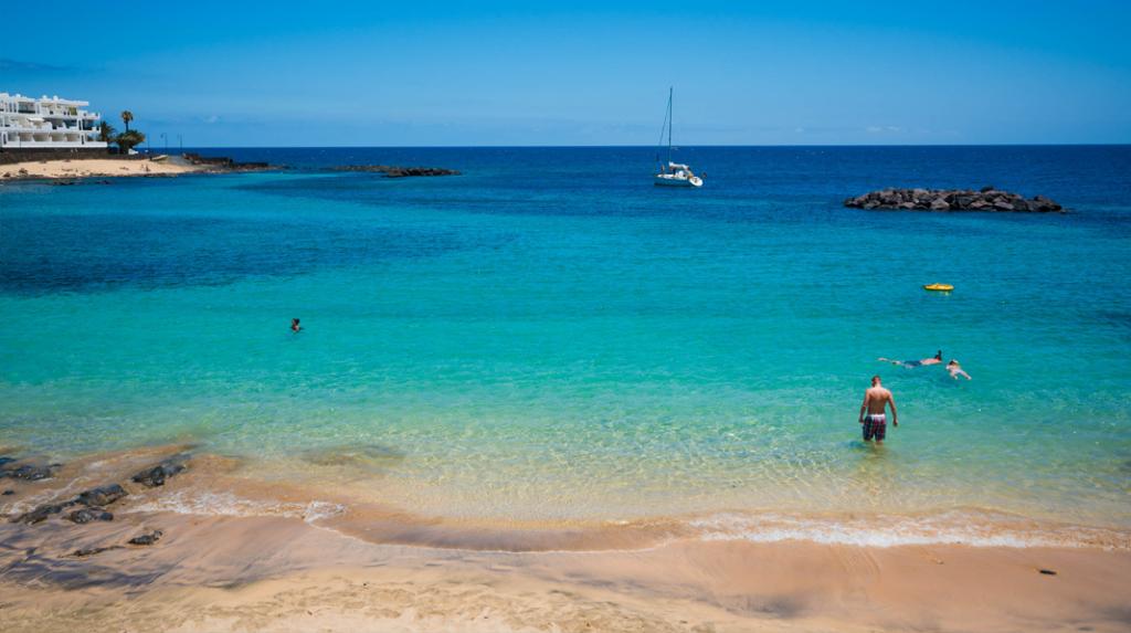 Playa El Jablillo, la más concurrida de Costa Teguise en Lanzarote.