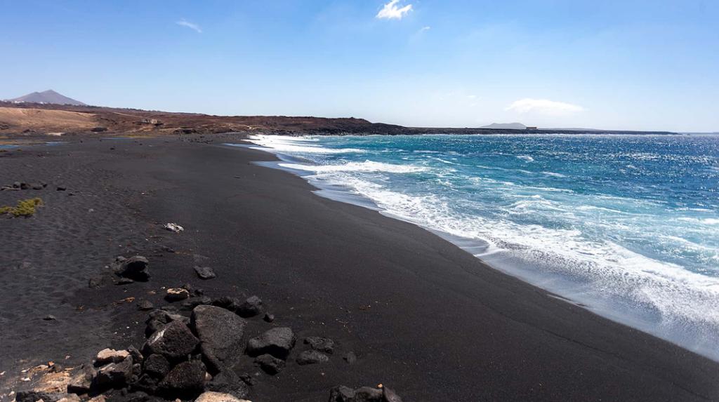 Playa del Janubio, la más salvaje playa de arena negra en Lanzarote.