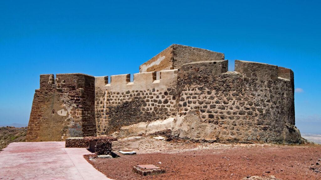 Castillo de Santa Bárbara y actual museo de la Piratería de Teguise.